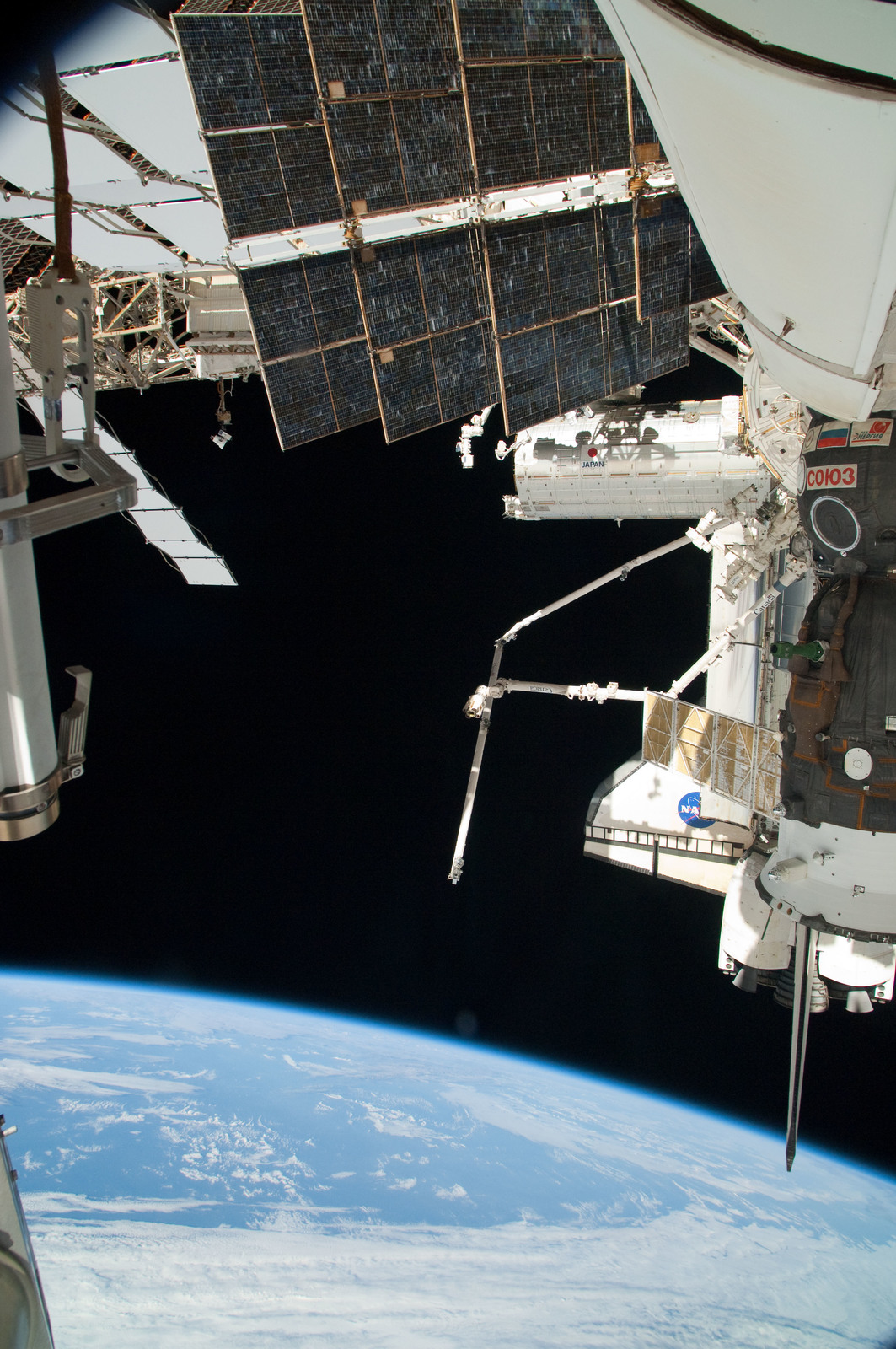 S126E025059 - STS-126 - View of ISS, Docked Soyuz and Endeavour