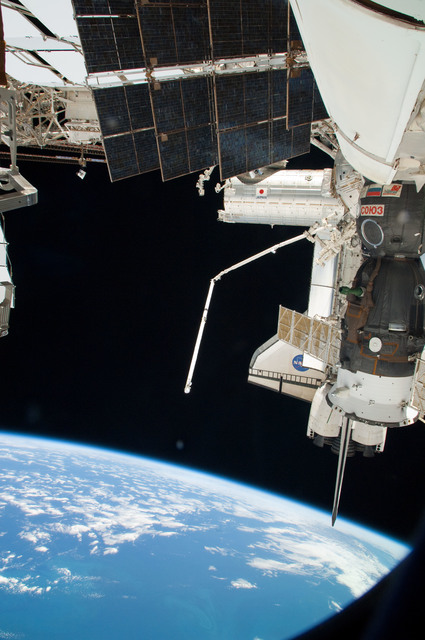 S126E025260 - STS-126 - View of ISS, Docked Soyuz and Endeavour