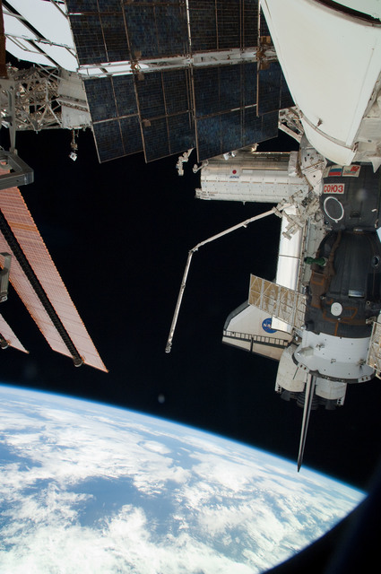S126E025310 - STS-126 - View of ISS, Docked Soyuz and Endeavour