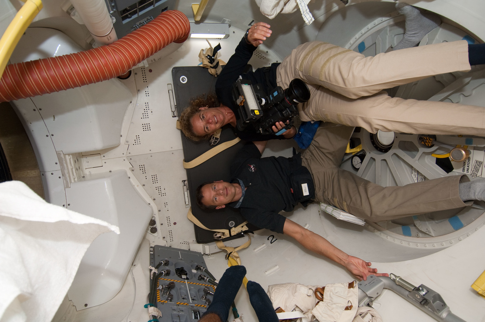 S127E006727 - STS-127 - Payette and Marshburn in the A/L during STS-127 Mission