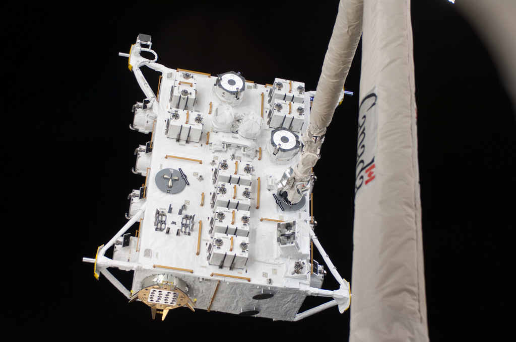 S127E006852 - STS-127 - SRMS moves JEF during EVA-1 on STS-127 / Expedition 20 Joint Operations
