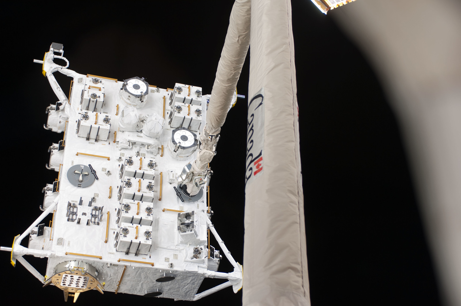 S127E006853 - STS-127 - SRMS moves JEF during EVA-1 on STS-127 / Expedition 20 Joint Operations