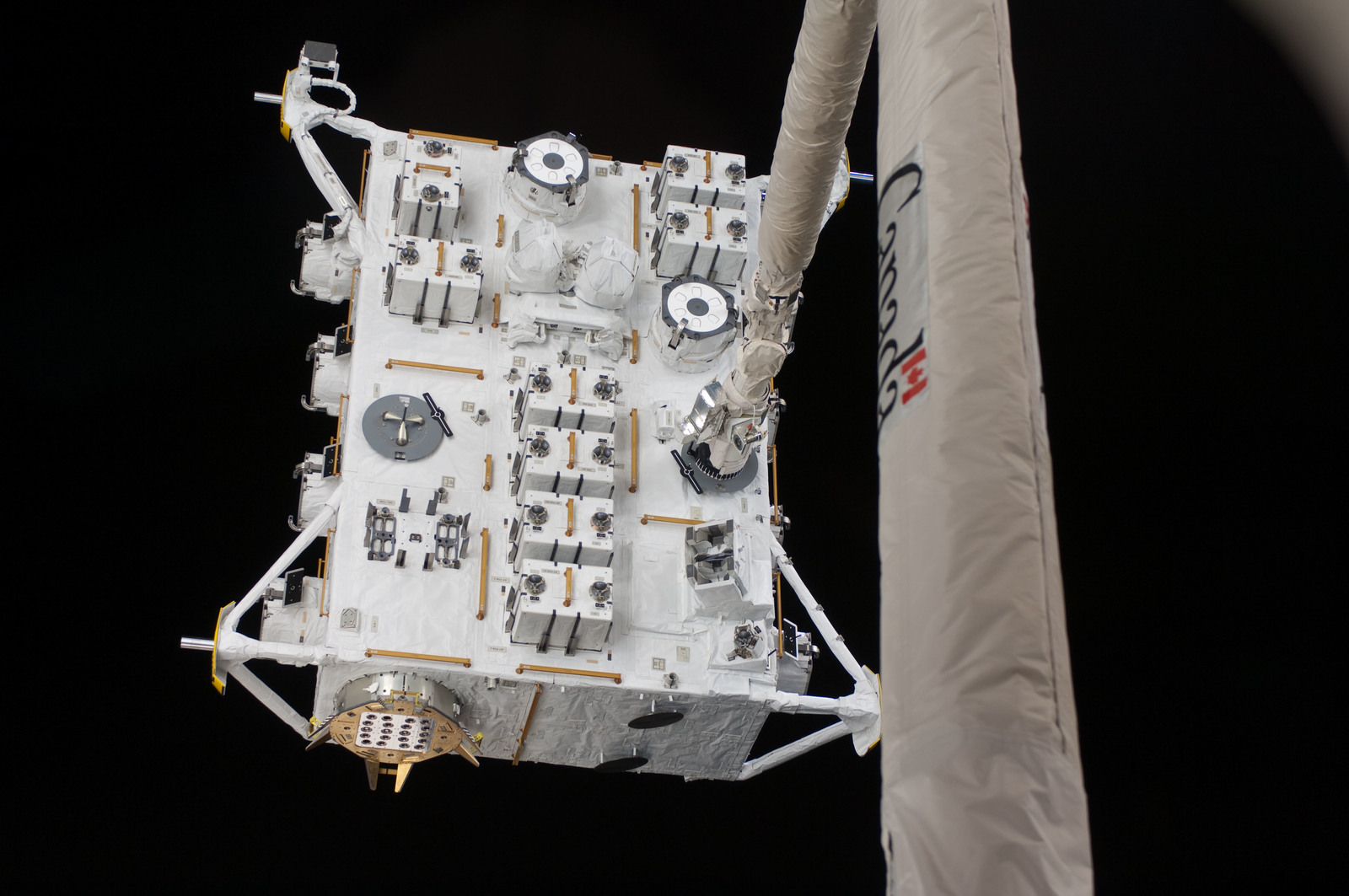 S127E006854 - STS-127 - SRMS moves JEF during EVA-1 on STS-127 / Expedition 20 Joint Operations