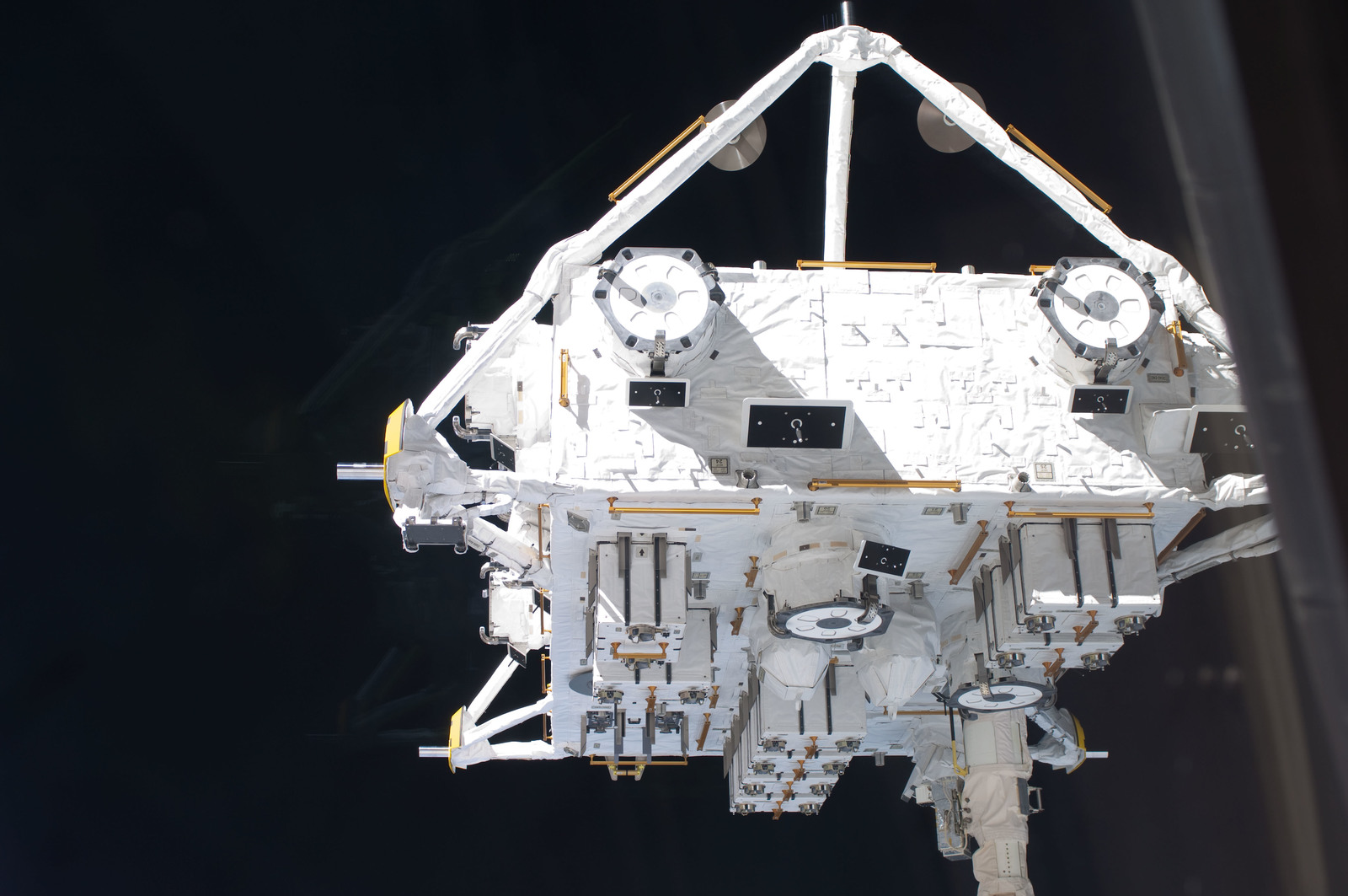 S127E006856 - STS-127 - SSRMS moves JEF during EVA-1 on STS-127 / Expedition 20 Joint Operations