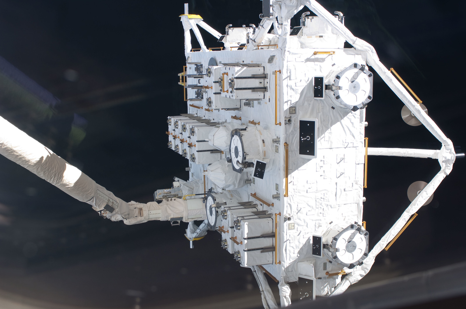 S127E006858 - STS-127 - SSRMS moves JEF during EVA-1 on STS-127 / Expedition 20 Joint Operations