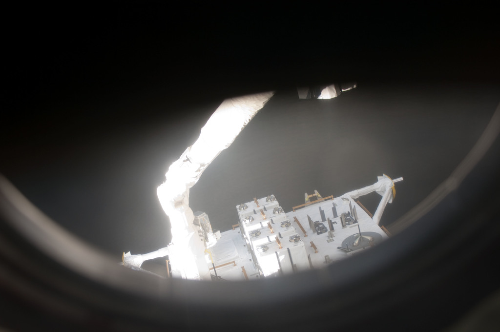S127E006859 - STS-127 - SSRMS moves JEF during EVA-1 on STS-127 / Expedition 20 Joint Operations