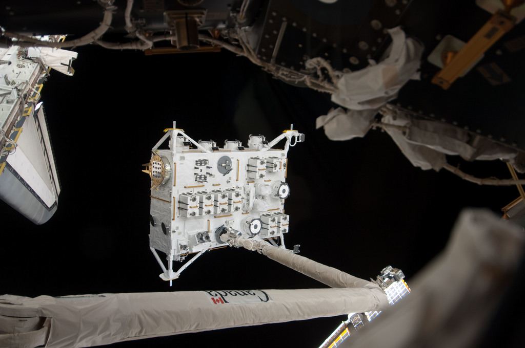 S127E006896 - STS-127 - SRMS handoff to the SSRMS during EVA-1 on STS-127 / Expedition 20 Joint Operations