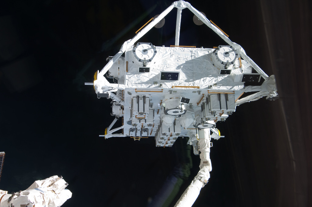 S127E006898 - STS-127 - SRMS handoff to the SSRMS during EVA-1 on STS-127 / Expedition 20 Joint Operations