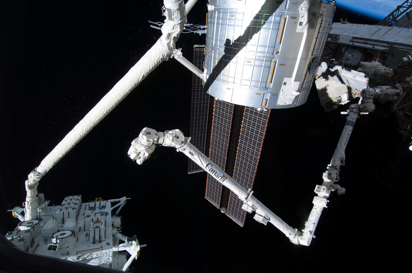 S127E006900 - STS-127 - SRMS handoff to the SSRMS during EVA-1 on STS-127 / Expedition 20 Joint Operations