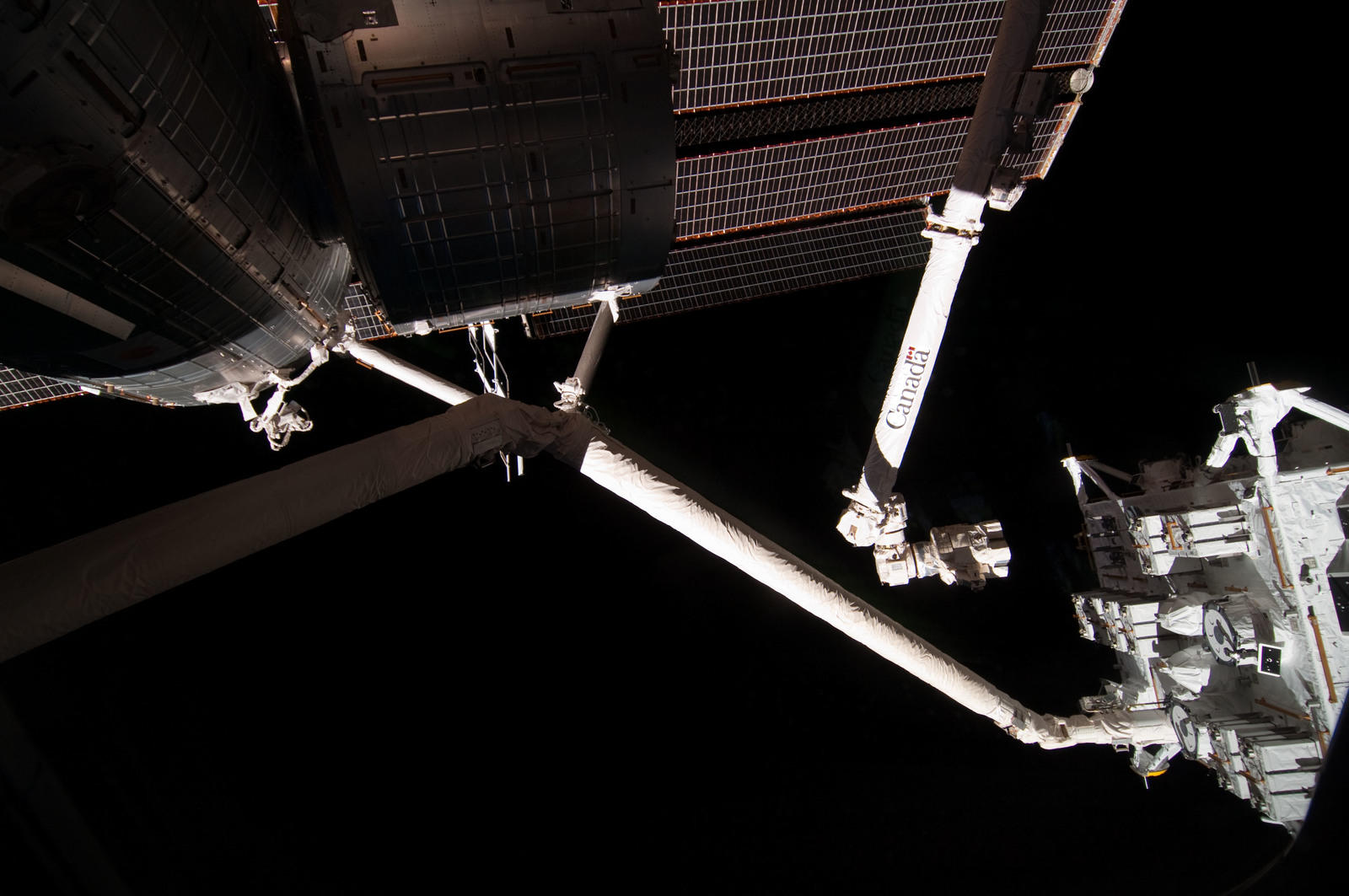 S127E006909 - STS-127 - SSRMS Grappled to JEF during EVA-1 on STS-127 / Expedition 20 Joint Operations