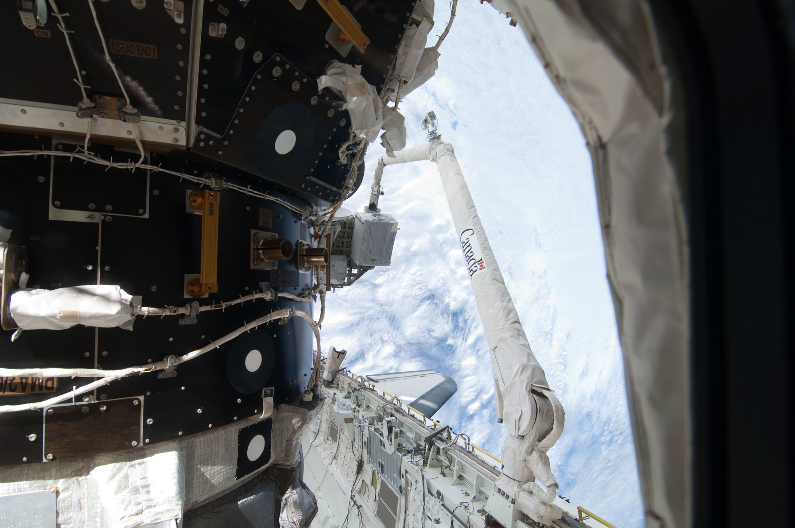 S127E006924 - STS-127 - SRMS unberths the ICC-VLD during STS-127 / Expedition 20 Joint Operations