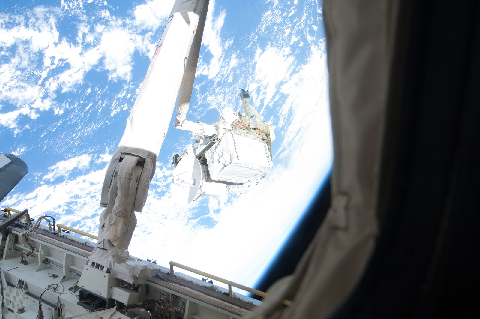 S127E006929 - STS-127 - SRMS maneuvers the ICC-VLD during STS-127 / Expedition 20 Joint Operations