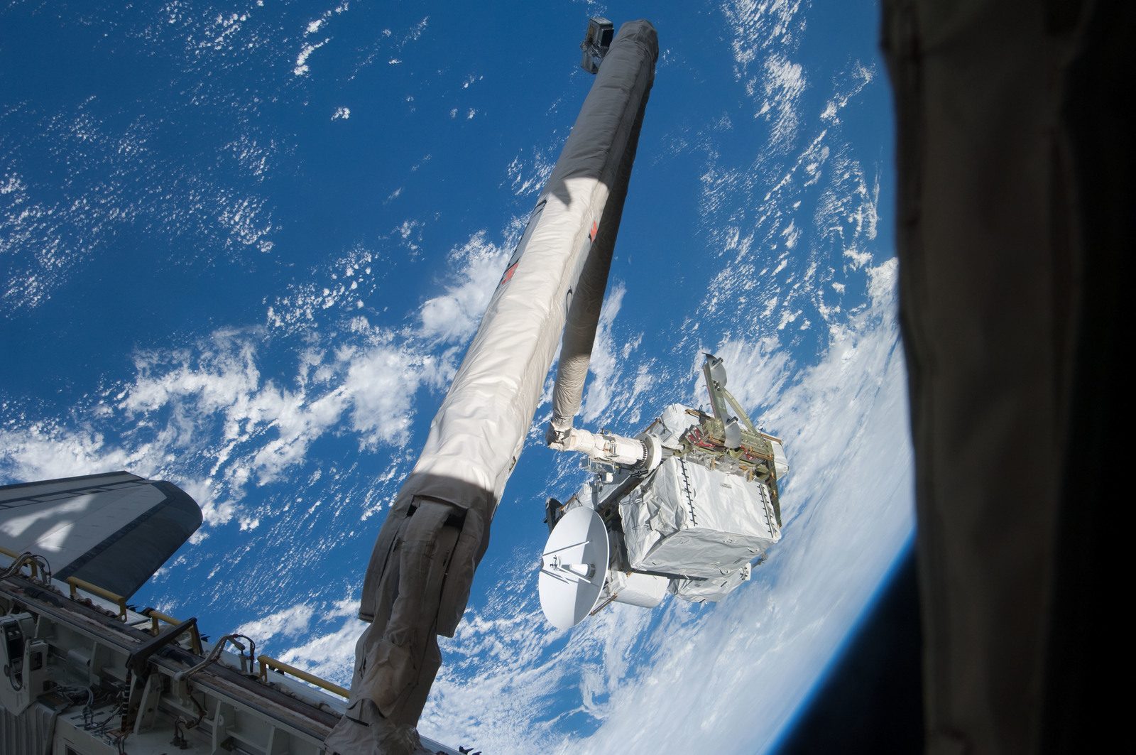 S127E006931 - STS-127 - SRMS maneuvers the ICC-VLD during STS-127 / Expedition 20 Joint Operations