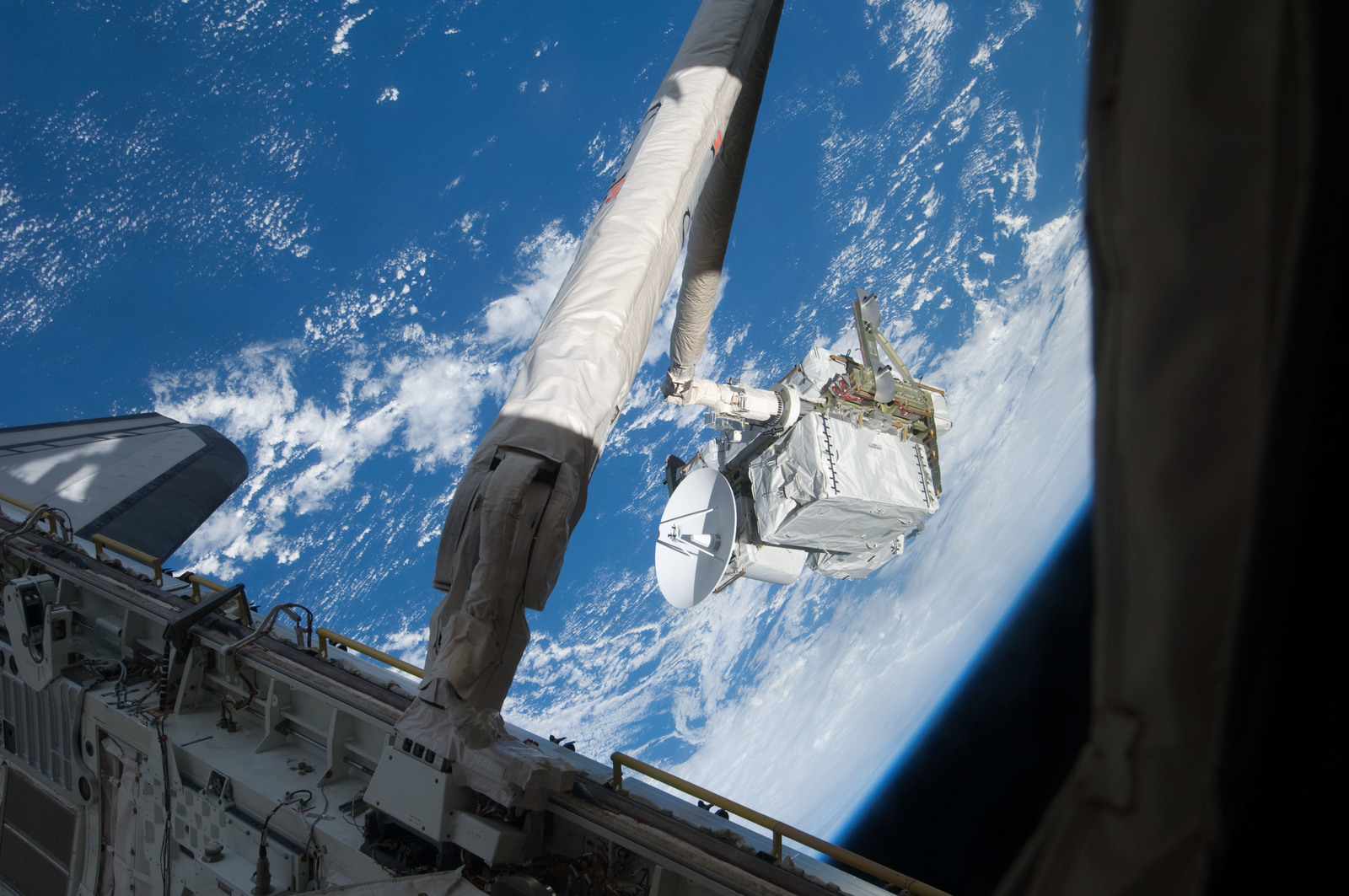 S127E006932 - STS-127 - SRMS maneuvers the ICC-VLD during STS-127 / Expedition 20 Joint Operations