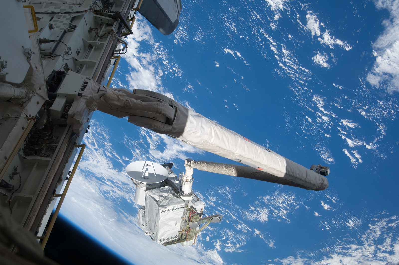 S127E006934 - STS-127 - SRMS maneuvers the ICC-VLD during STS-127 / Expedition 20 Joint Operations