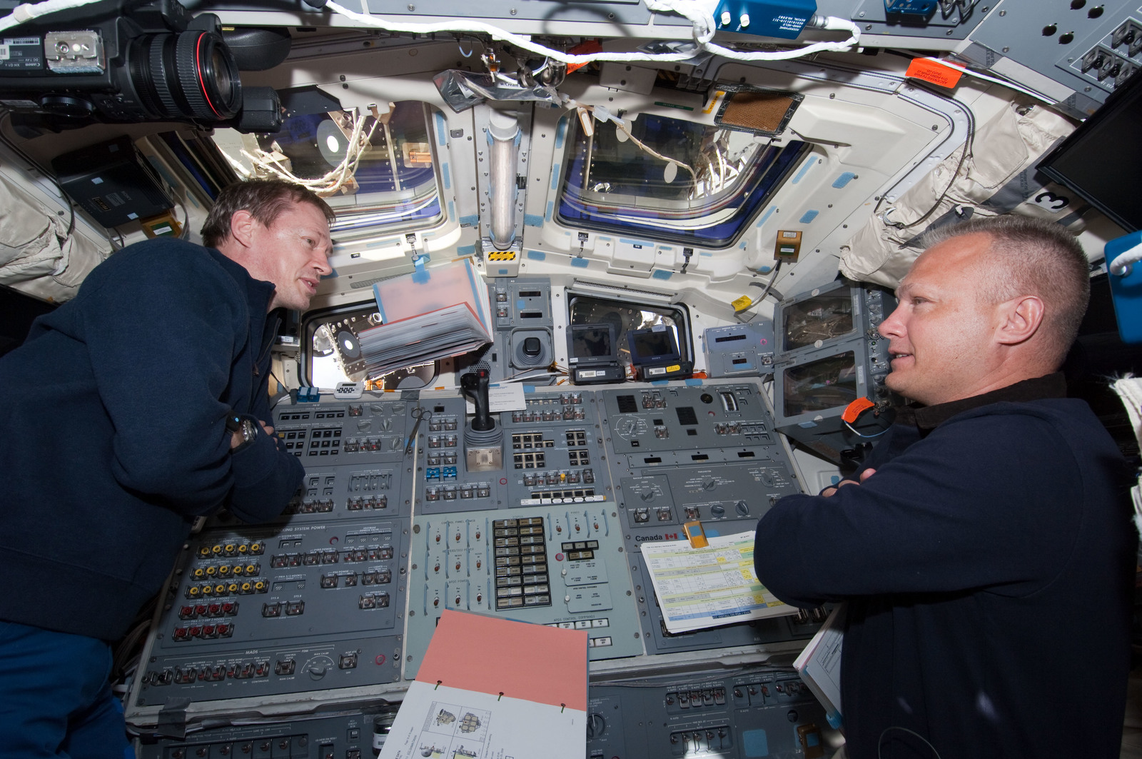 S127E006938 - STS-127 - De Winne and Hurley in the aft FD during STS-127 / Expedition 20 Joint Operations