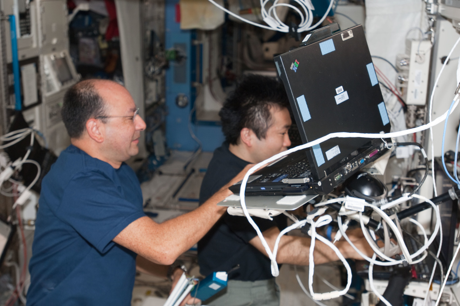 S127E008124 - STS-127 - Polansky and Wakata in the U.S. Laboratory during Joint Operations