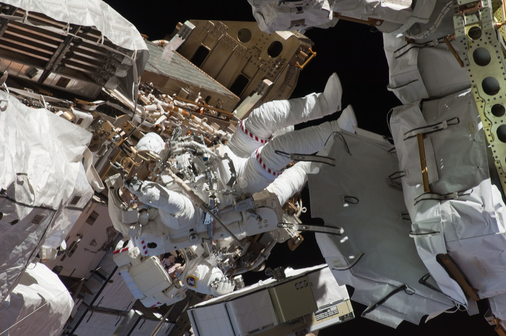 S127E008437 - STS-127 - Marshburn and Cassidy during EVA-4