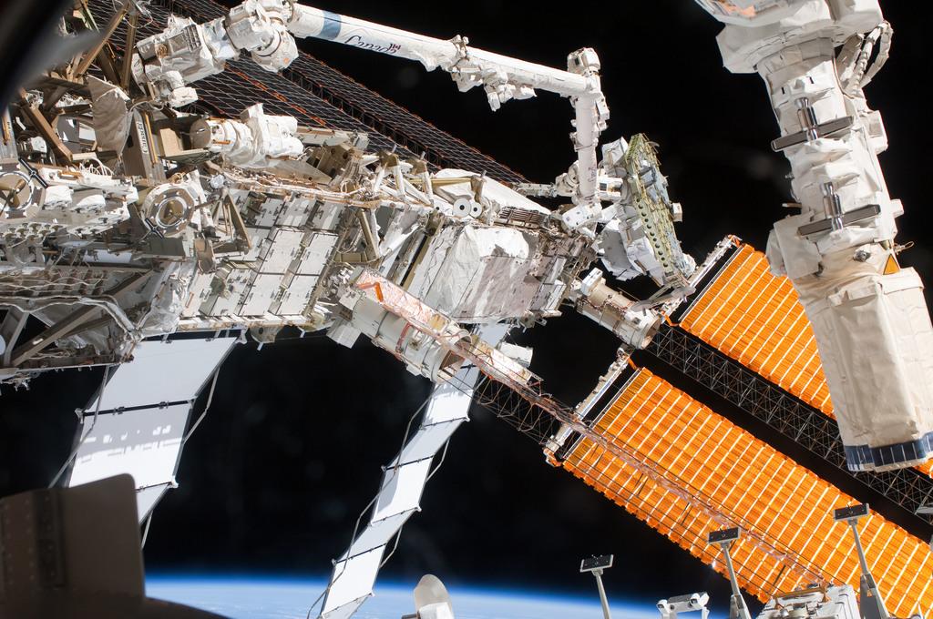 S127E008444 - STS-127 - P6 Truss during EVA-4