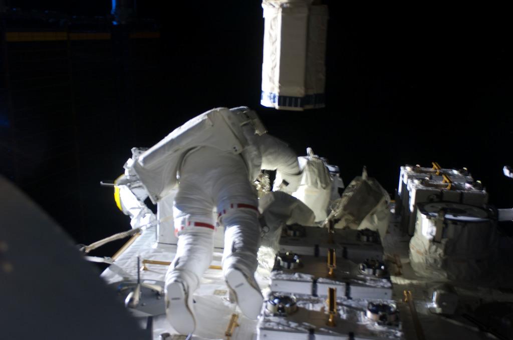 S127E009301 - STS-127 - Marshburn during EVA-5
