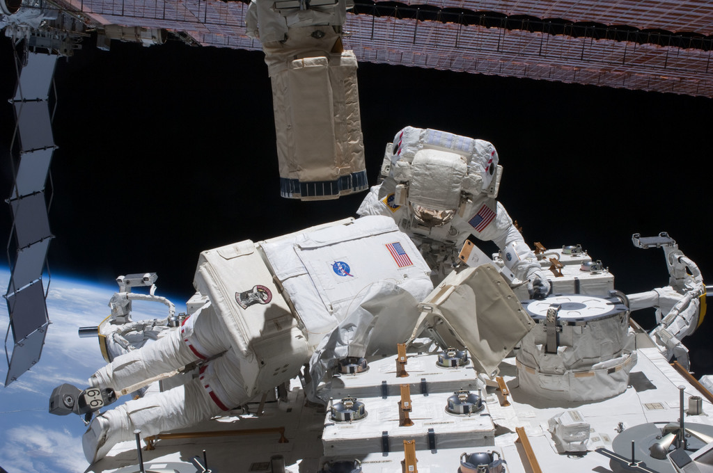 S127E009325 - STS-127 - Cassidy and Marshburn during EVA-5