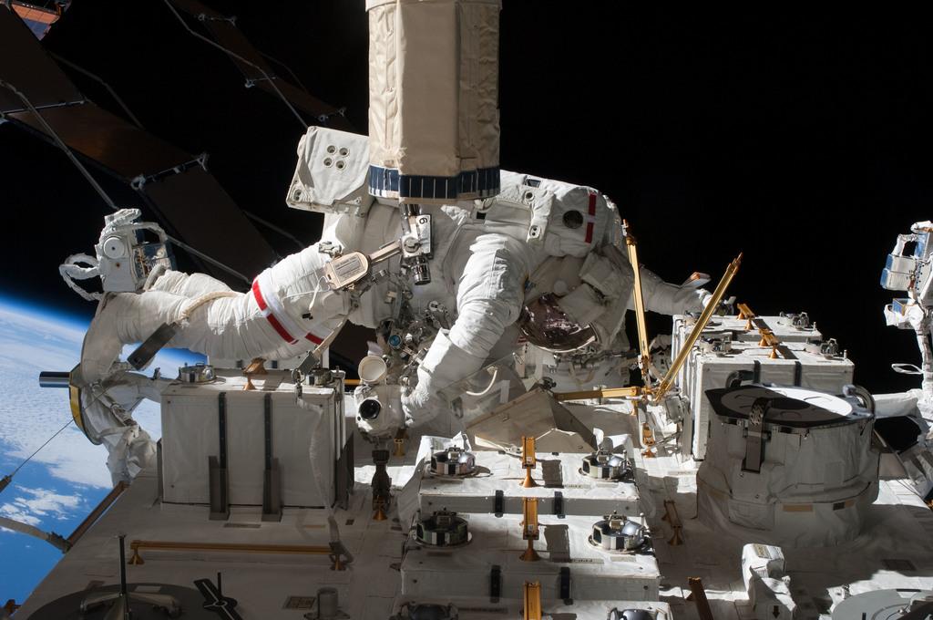 S127E009366 - STS-127 - Marshburn during EVA-5