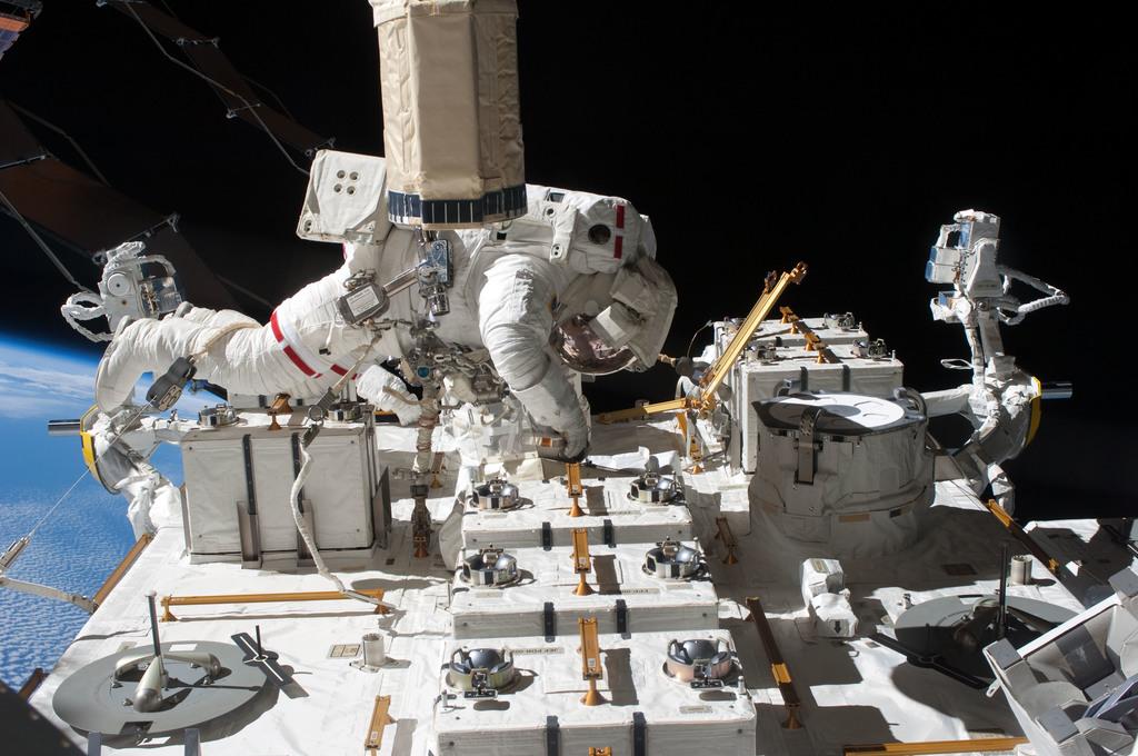 S127E009369 - STS-127 - Marshburn during EVA-5