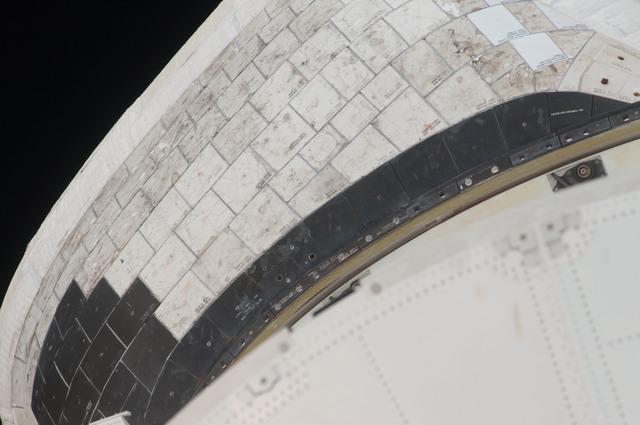 S128E006323 - STS-128 - STS-128 Discovery Orbital Maneuvering System (OMS) Pod Survey