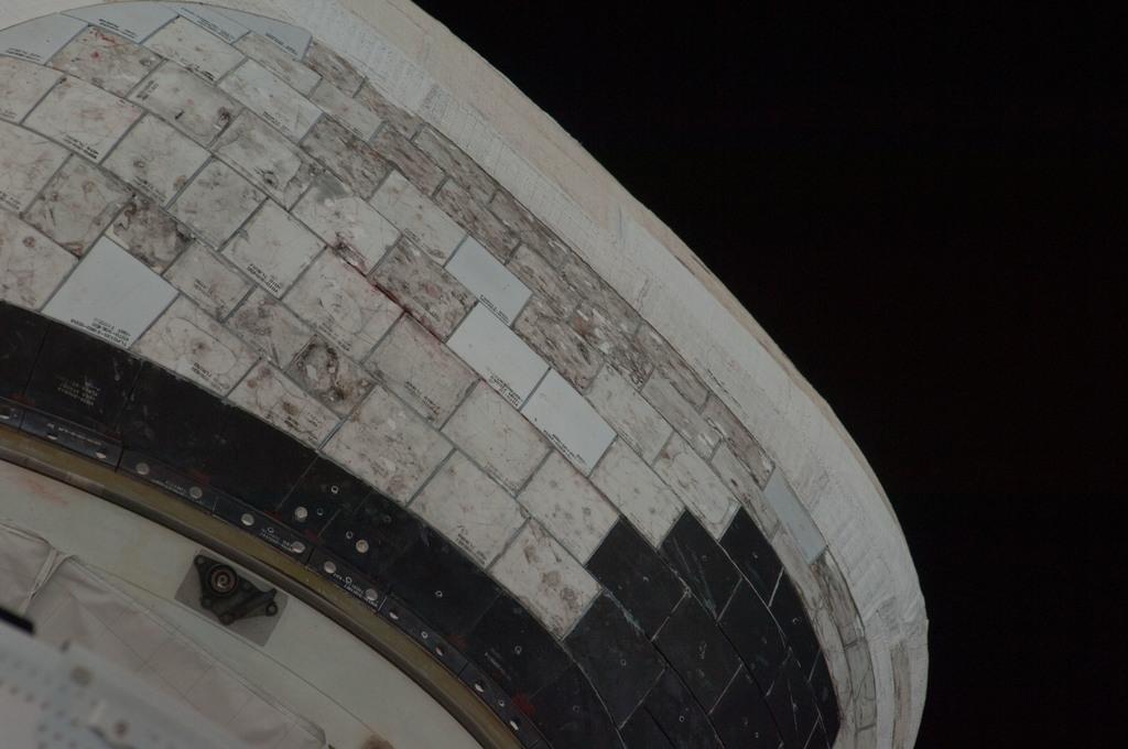 S128E006336 - STS-128 - STS-128 Discovery Orbital Maneuvering System (OMS) Pod Survey