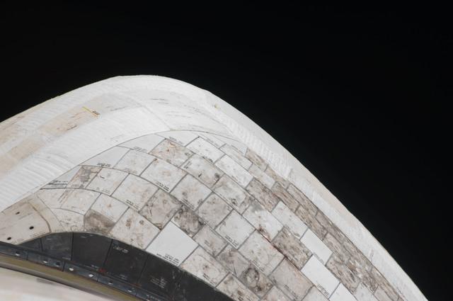 S128E006416 - STS-128 - STS-128 Discovery Orbital Maneuvering System (OMS) Pod Survey