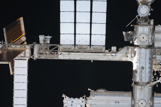 S128E006670 - STS-128 - ISS during STS-128 Approach