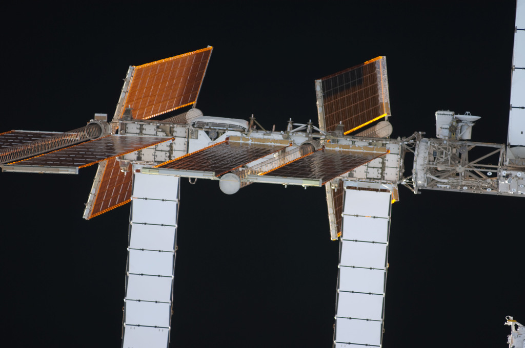 S128E006691 - STS-128 - ISS during STS-128 Approach