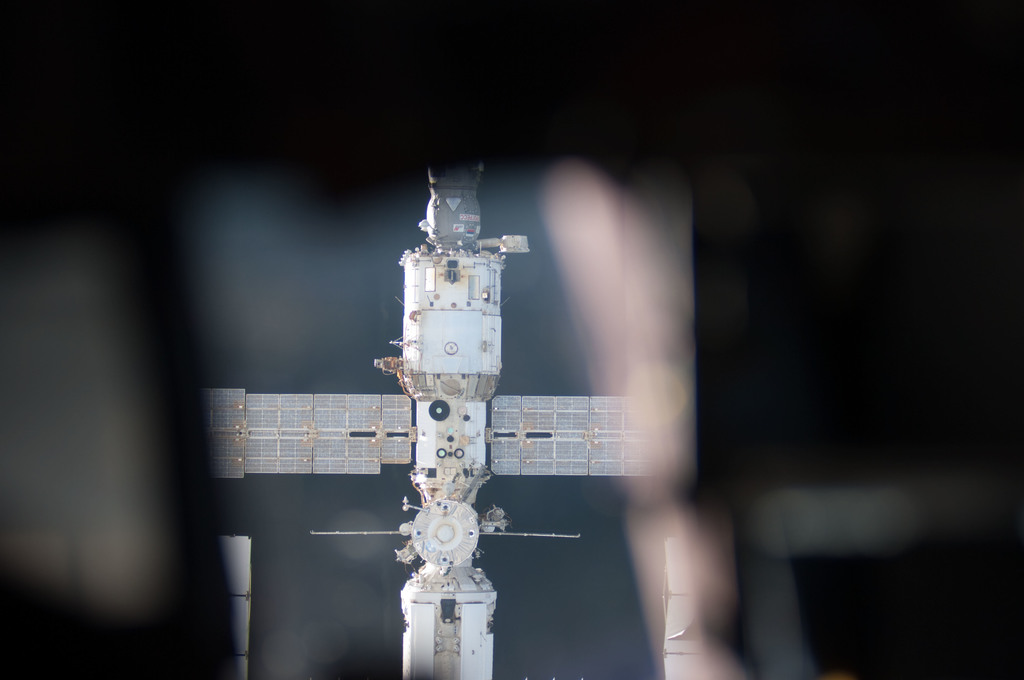 S128E006769 - STS-128 - ISS during STS-128 Approach
