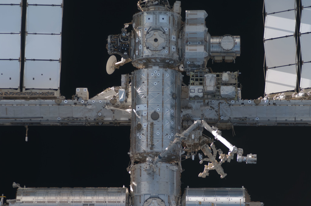 S128E006785 - STS-128 - ISS during STS-128 Approach