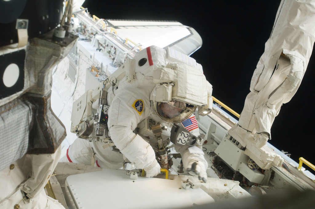 S129E006834 - STS-129 - View of STS-129 MS3 Foreman during EVA1