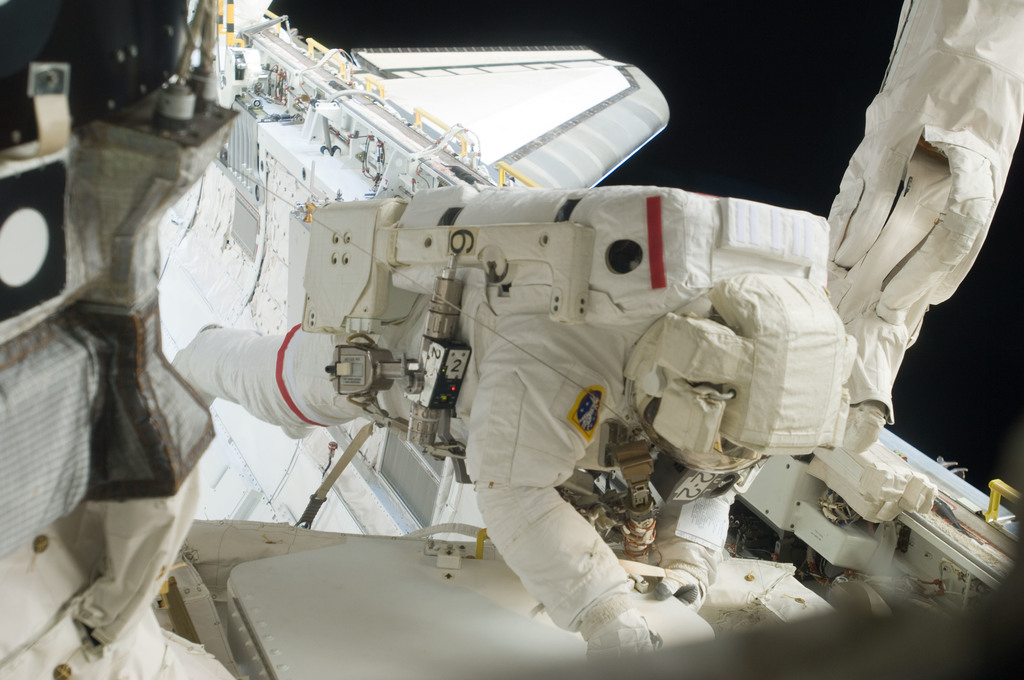 S129E006835 - STS-129 - View of STS-129 MS3 Foreman during EVA1