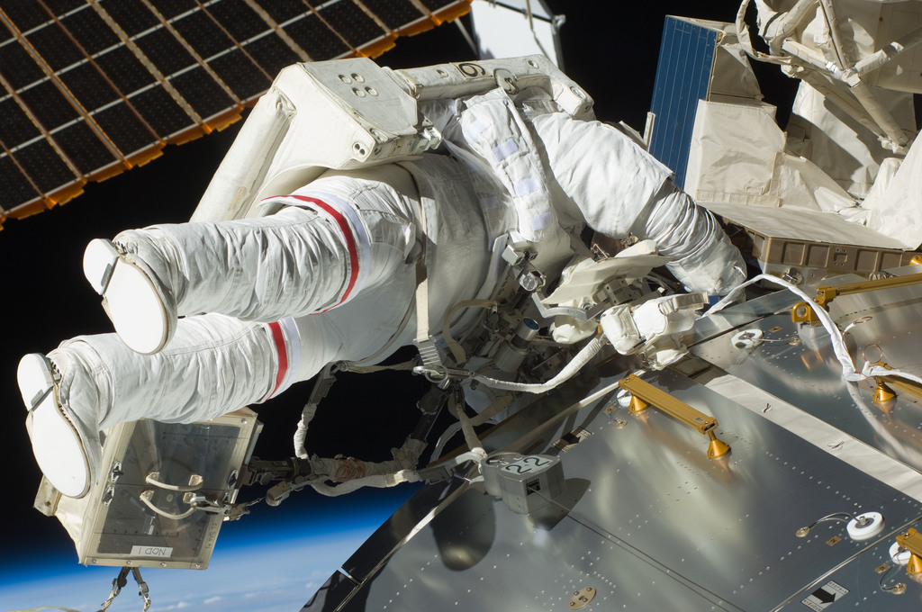 S129E007776 - STS-129 - View of STS-129 MS3 Foreman during EVA2