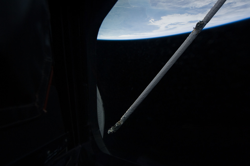S131E006216 - STS-131 - OBSS during IDC Imagery OPS
