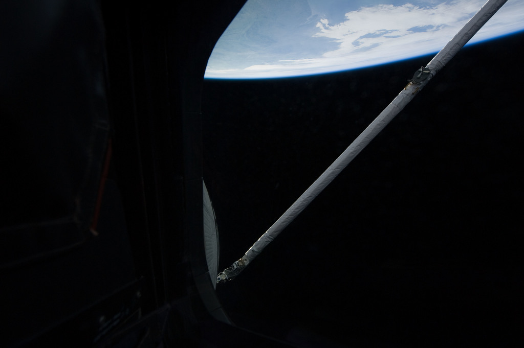 S131E006219 - STS-131 - OBSS during IDC Imagery OPS