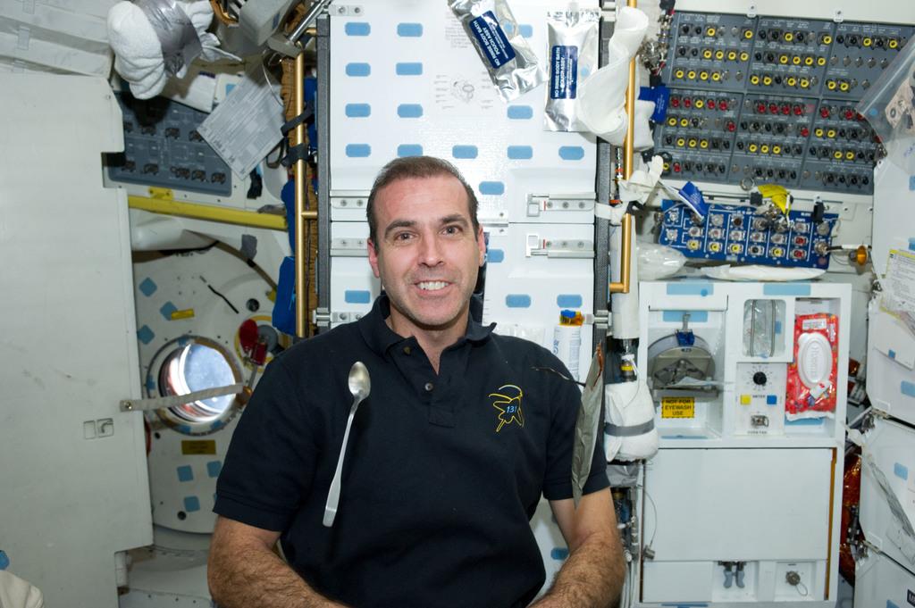 S131E008742 - STS-131 - Mastracchio eats on MDDK