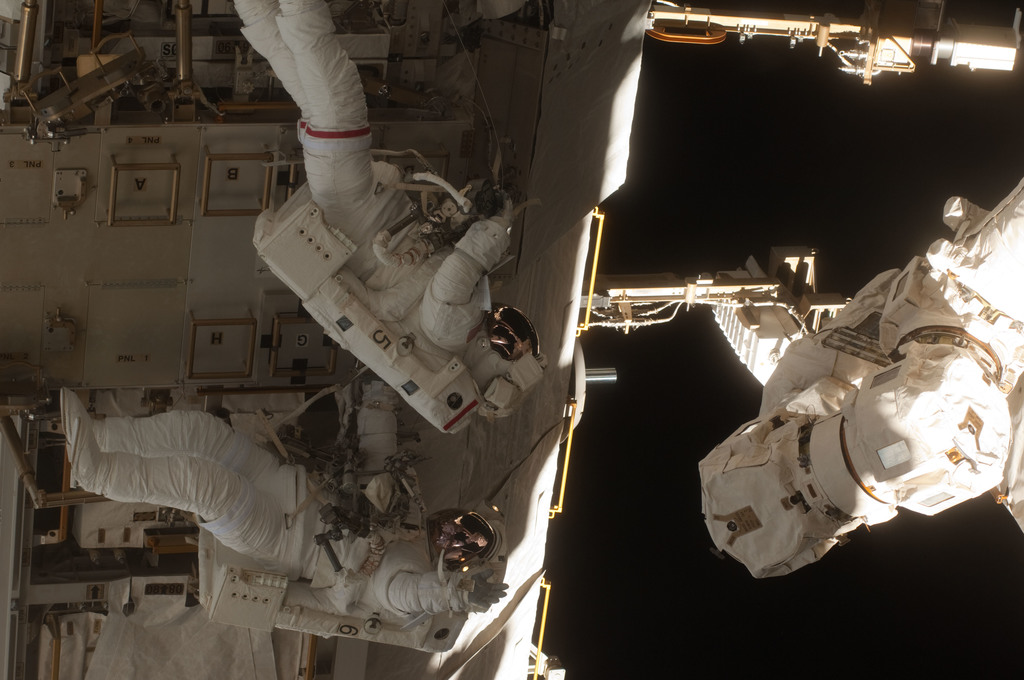 S131E008968 - STS-131 - STS-131 EVA 2 S1 ATA Relocation OPS