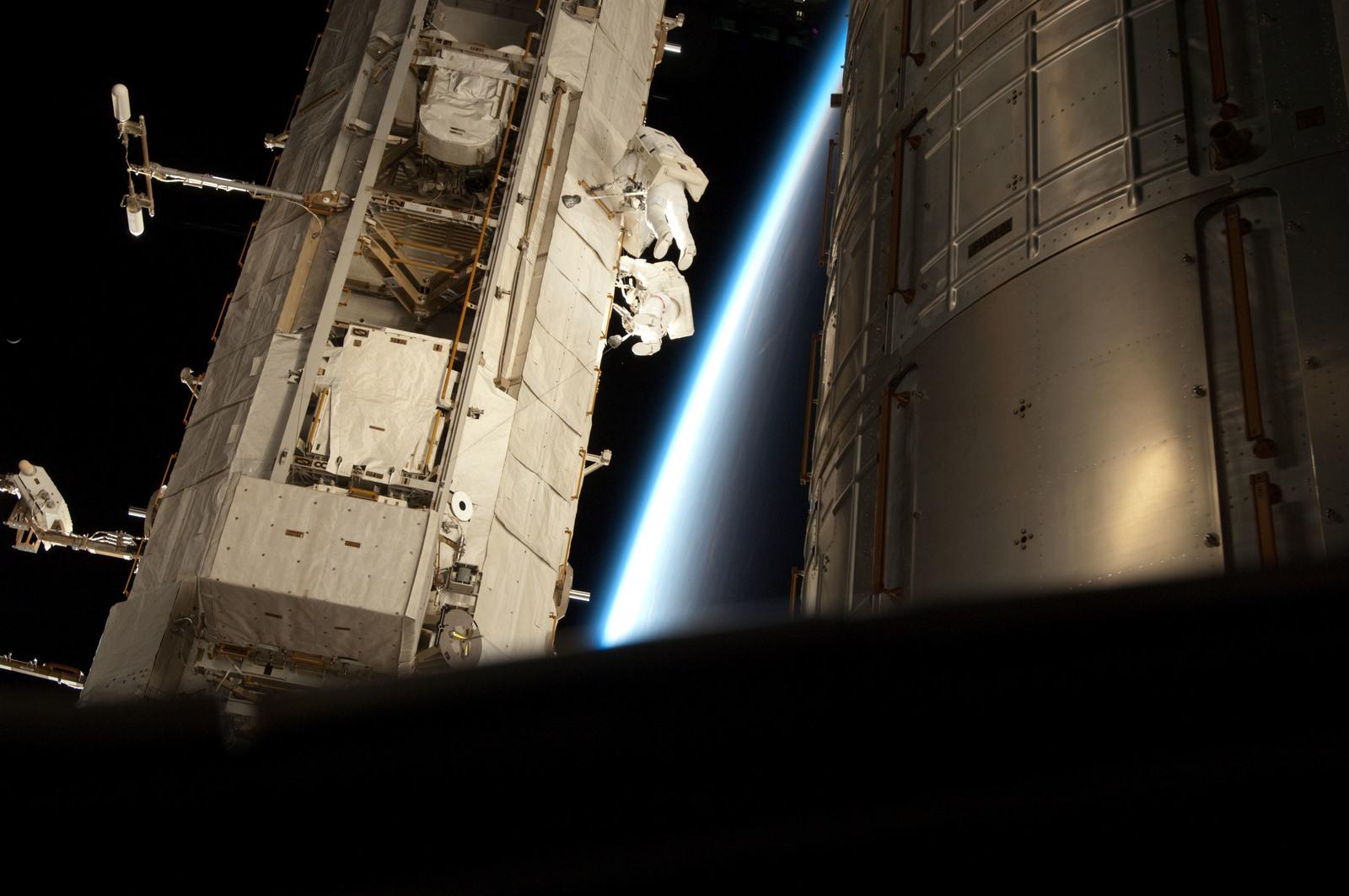 S131E008976 - STS-131 - STS-131 EVA 2 P1 Radiator Grapple Fixture Stowage Beam Installation