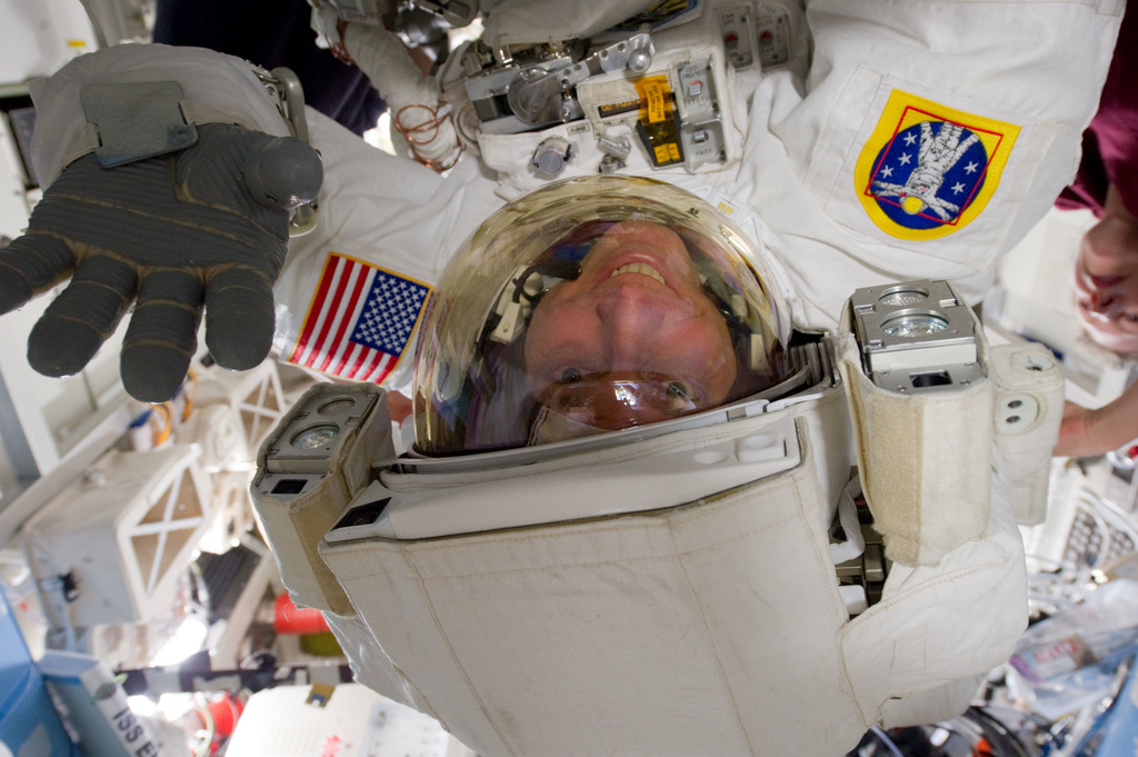 S131E009330 - STS-131 - STS-131 EVA 3 Prep