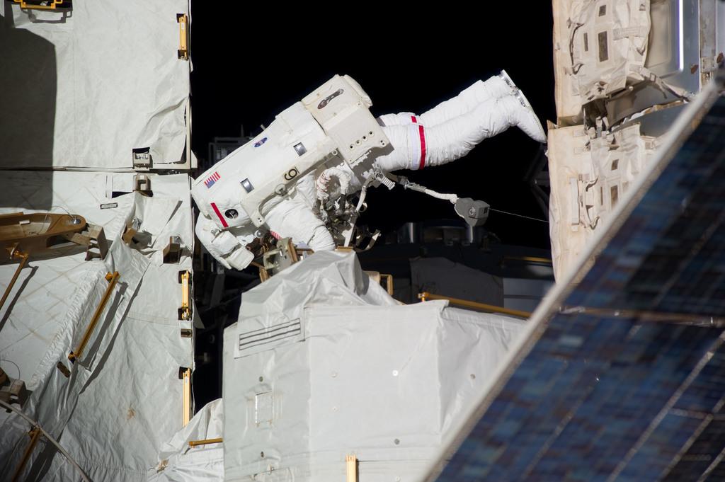 S131E009382 - STS-131 - Mastracchio during STS-131 EVA 3
