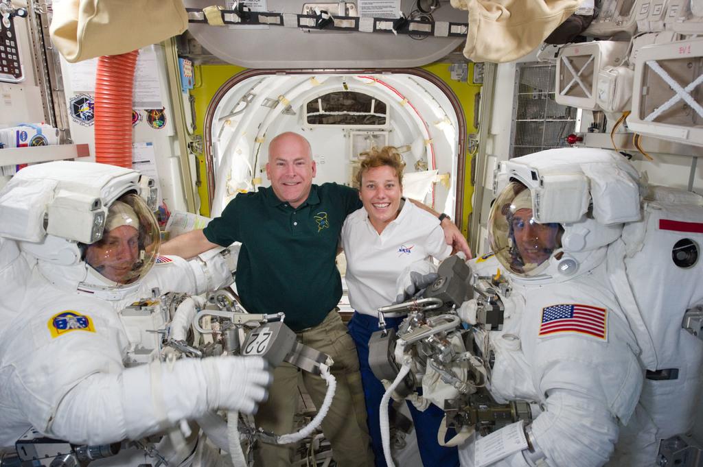 S131E014572 - STS-131 - STS-131 EVA 3 Prep