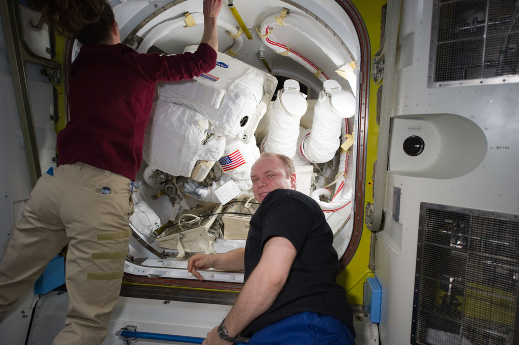 S131E014580 - STS-131 - STS-131 EVA 3 Prep