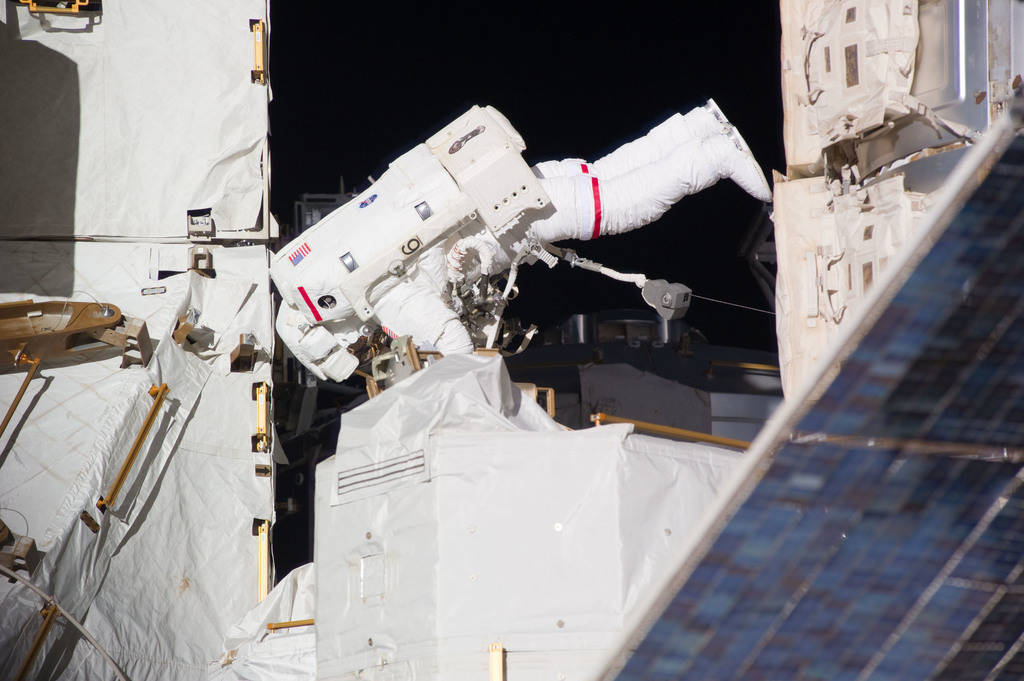 S131E014629 - STS-131 - Mastracchio on S1 Truss during STS-131 EVA 3