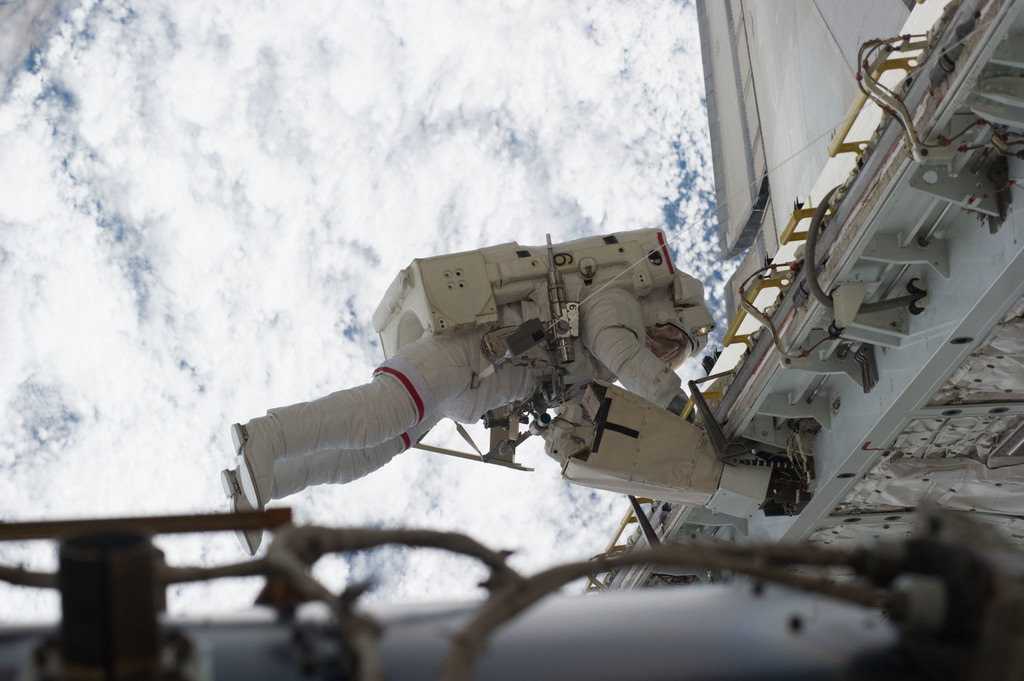 S131E014715 - STS-131 - STS-131 EVA 3 Mastracchio Translates PLB