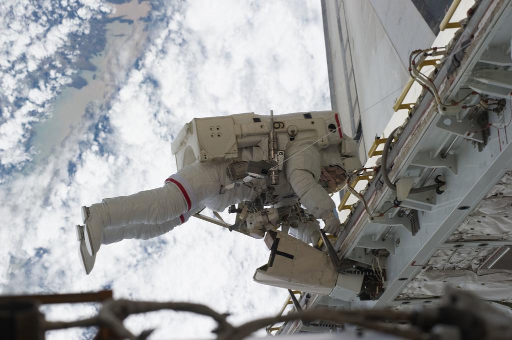 S131E014717 - STS-131 - STS-131 EVA 3 Mastracchio Translates PLB