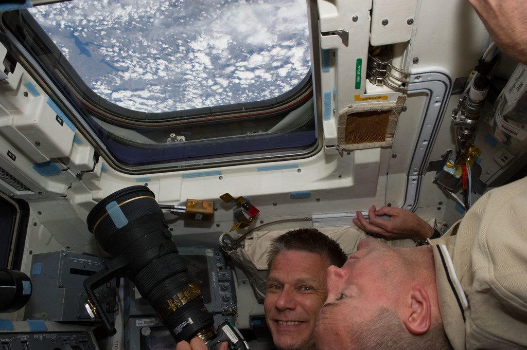 S132E007550 - STS-132 - Sellers and Antonelli at the aft FD Window during STS-132